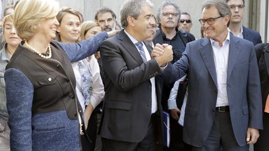 El exconseller Francesc Homs (c), acompañado por el expresidente Artur Mas y la exconsellera de Educación, Irene Rigau, a su llegada al Tribunal Supremo donde declara como investigado por su papel en la consulta soberanista del 9N. EFE