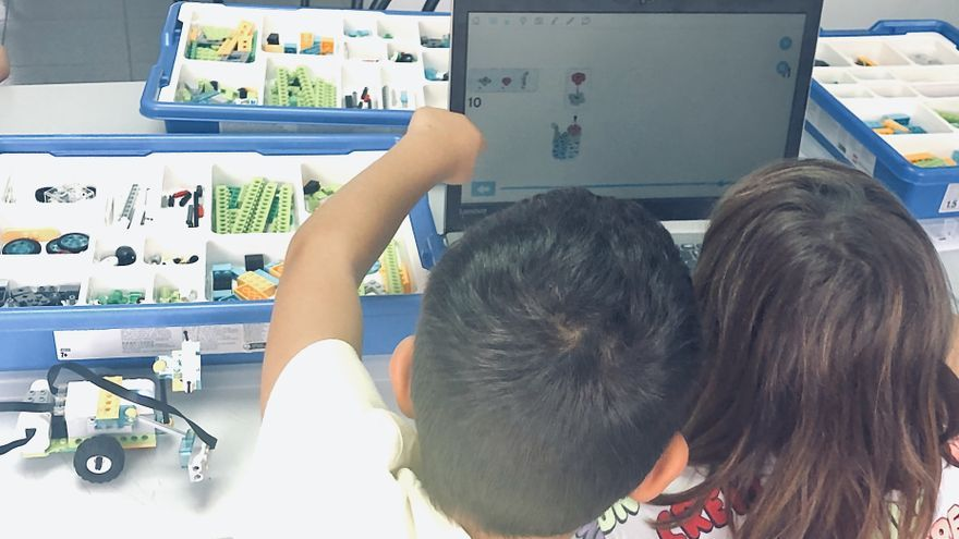 Dos alumnos en el taller de robótica.