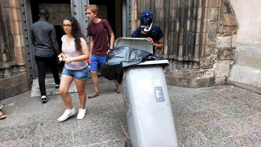 Mohammed ayuda a sacar la basura de la iglesia justo antes de que cierren