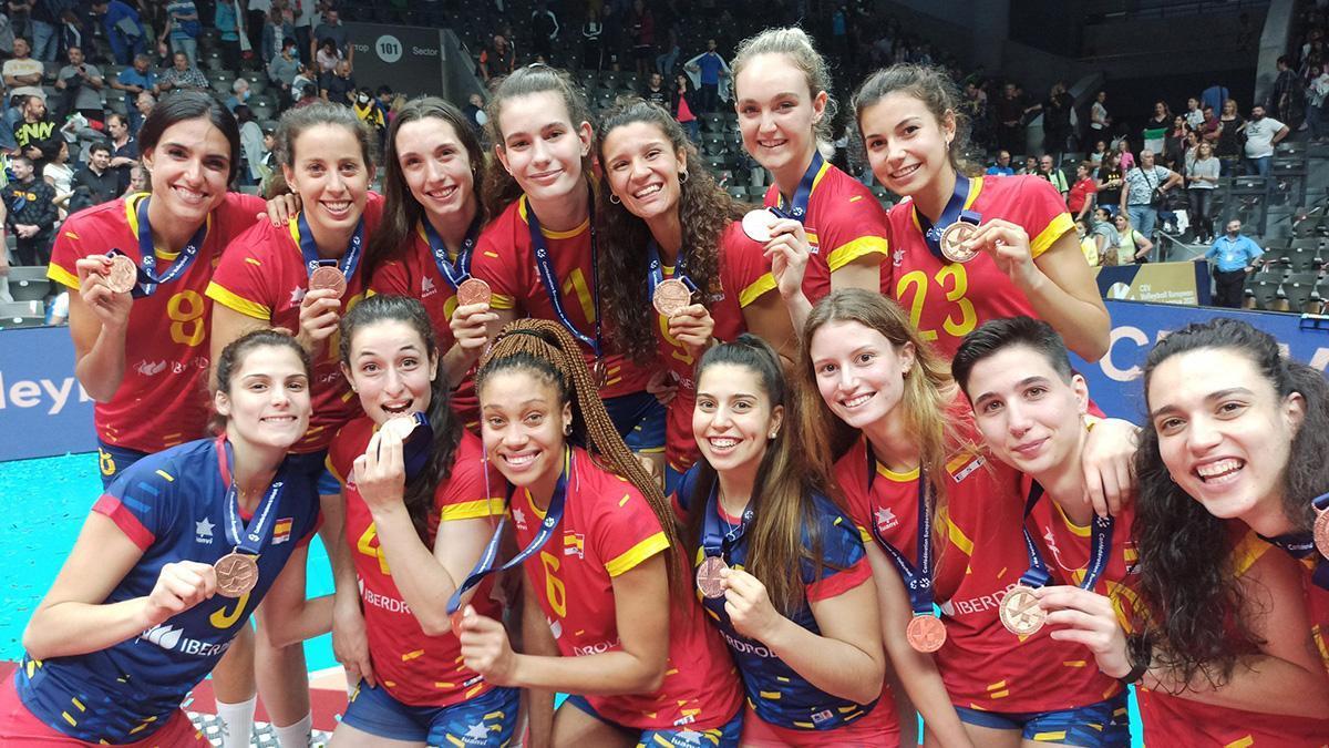 La selección española celebrando el bronce