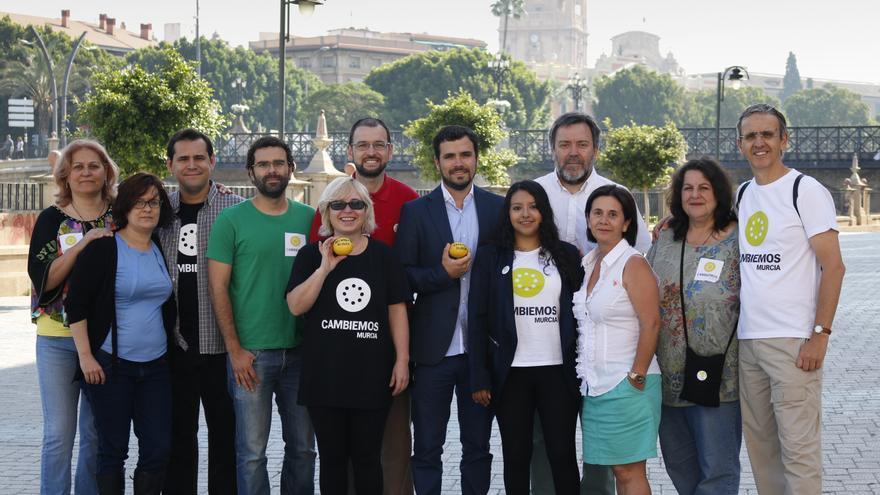 Candidatas y candidatos de Cambiemos Murcia con Alberto Garzón, junto al río Segura