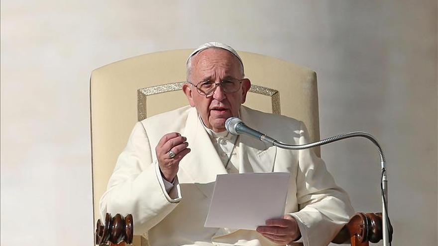 """El papa condena """"con vigor"""" los atentados en un mensaje al arzobispo de París"""