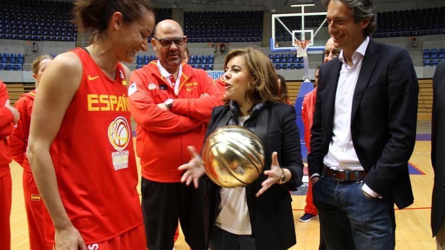 La vicepresidenta del Gobierno visita a la selección femenina y le desea suerte para el Eurobasket