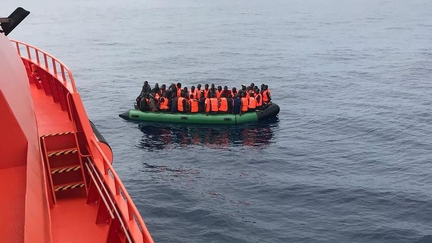 Rescatadas 55 personas de una patera localizada en el Mar de Alborán