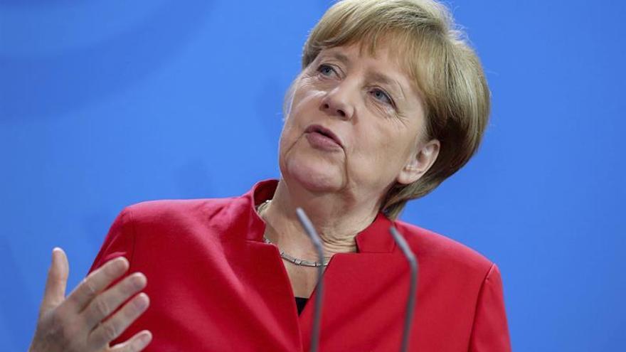 Merkel pide a los políticos contención en el lenguaje tras el asesinato de Cox