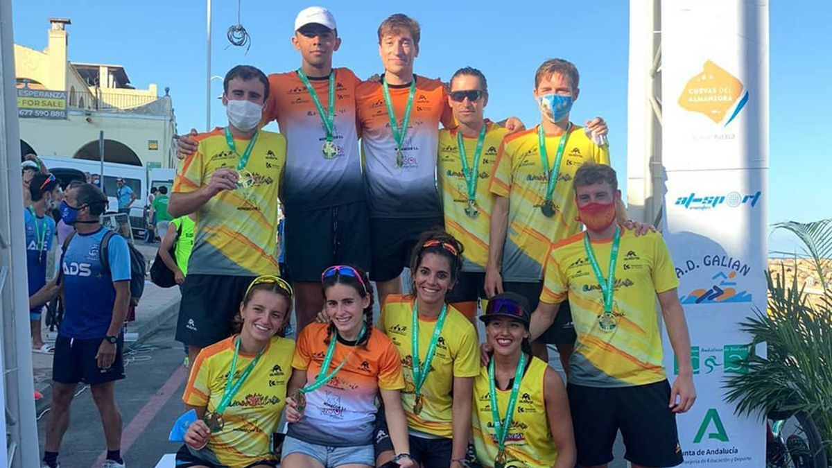 Equipos del Montilla-Córdoba Triatlón celebrando sus medallas.