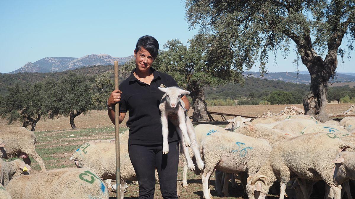 Juani con el rebaño de ovejas