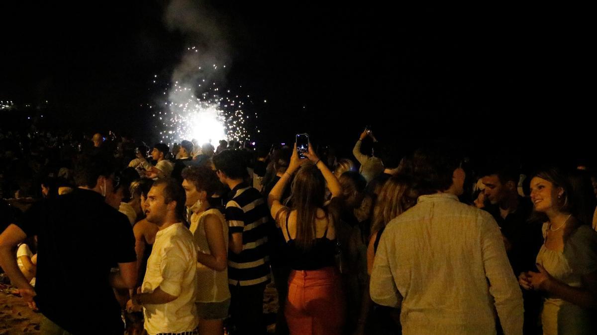 Un grupo de jóvenes celebra la verbena de Sant Joan en la Barceloneta