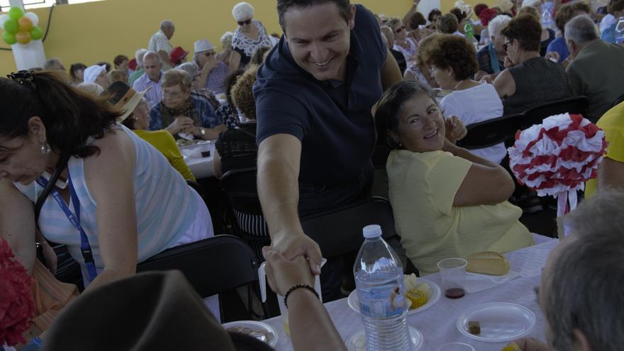 José Julián Mena, alcalde de Arona, saluda a los mayores del pueblo