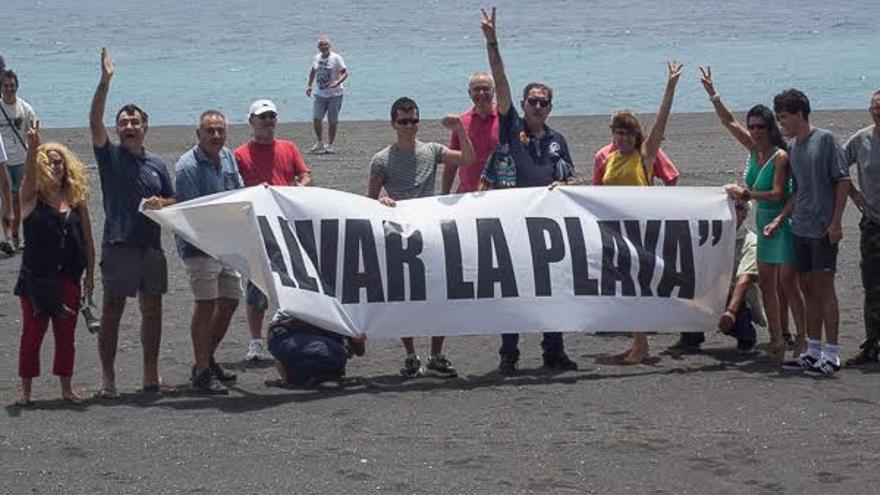 Los ciudadanos han desplegado una pancarta con el lema 'Salvar la playa. Foto: JOSE F. AROZENA