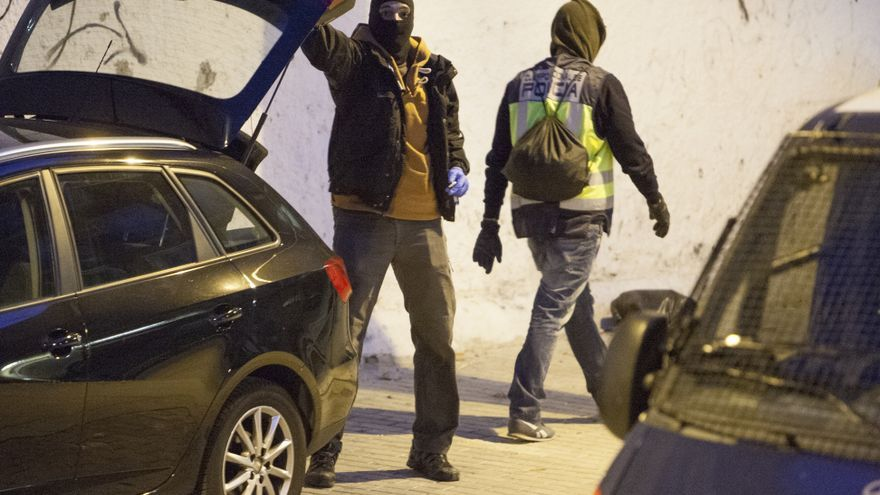 Dos policías miembros de la Brigada de Información han registrado el centro social ocupado La Quimera de Madrid