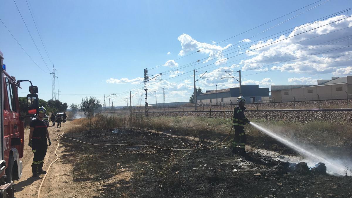 Los bomberos refrescando la zona tras la extinción del fuego