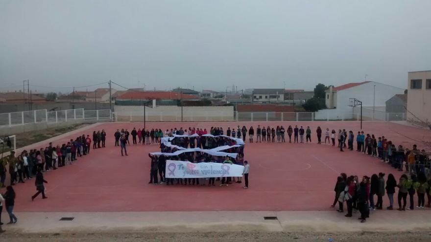 Lazo gigante formado por alumnos de Villacañas (Toledo)