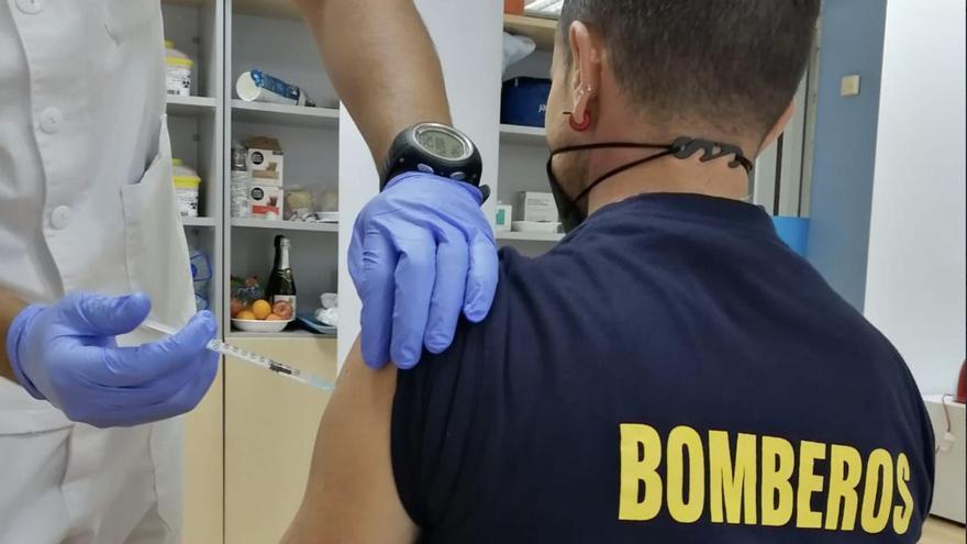 Comienza la vacunación de los bomberos de La Palma