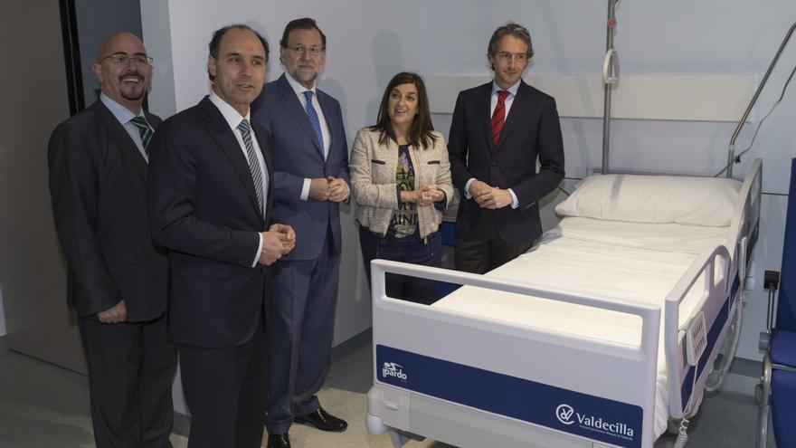 Rajoy, acompañado por el resto de las autoridades, durante la visita a las nuevas instalaciones de Valdecilla.   Miguel López