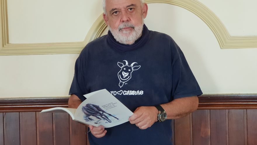 El biólogo y veterinario Juan Capote con su libro.