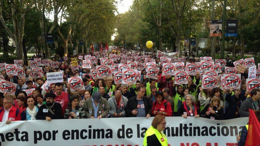 Cabecera de la marcha contra el TTIP y CETA, en el Paseo del Prado de Madrid