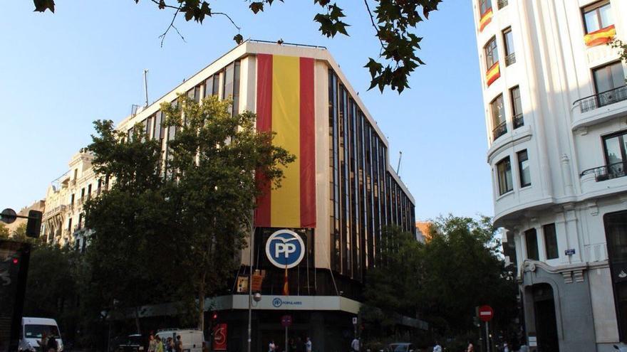 Bandera desplegada por el PP en su sede de Génova para la fiesta del 12 de octubre