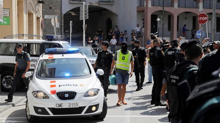 Momento del registro ayer de un domicilio en la calle Pont d'Olot de Ripoll (Girona).