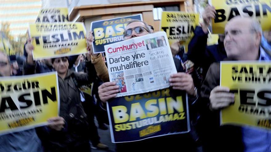 Prisión preventiva para el director de Cumhuriyet y otros ocho periodistas