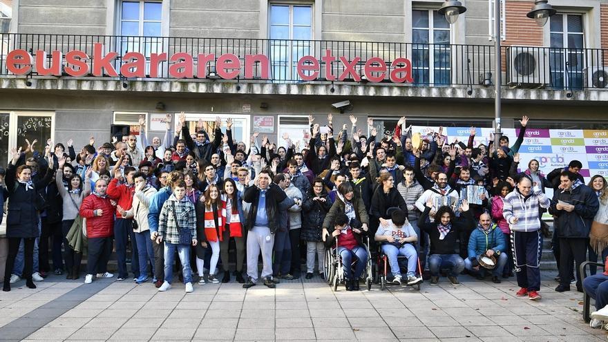 APNABI Autismo Bizkaia celebra el Día del Euskera con la compañía de jugadoras del Athletic Ainhoa Moraza y Jone Ibáñez
