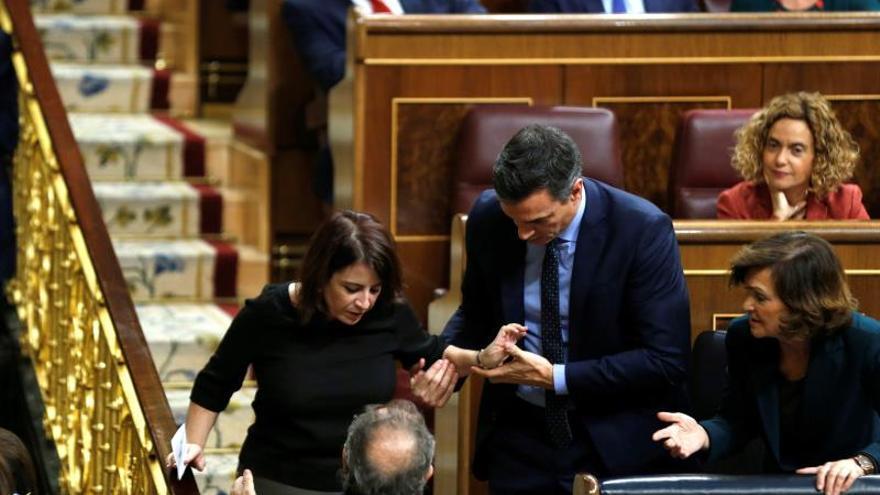 La portavoz del PSOE en el Congreso,AdrianaLastra, ha tropezado este martes en las escaleras del hemiciclo cuando se dirigía a votar y se ha caído al suelo junto al escaño del presidente del Gobierno en funciones, Pedro Sánchez, quien le ha ayudado a levantarse.