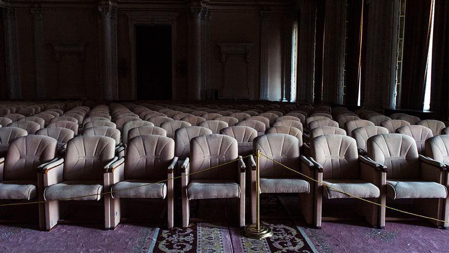 Decenas de butacas en desuso, en una sala que se ha utilizado en algunas ocasiones para conciertos.