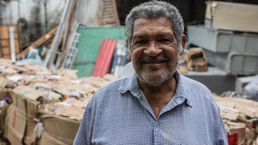 Souza en su depósito, en el que trabaja desde hace casi 40 años. | Foto: Patricia Taro.