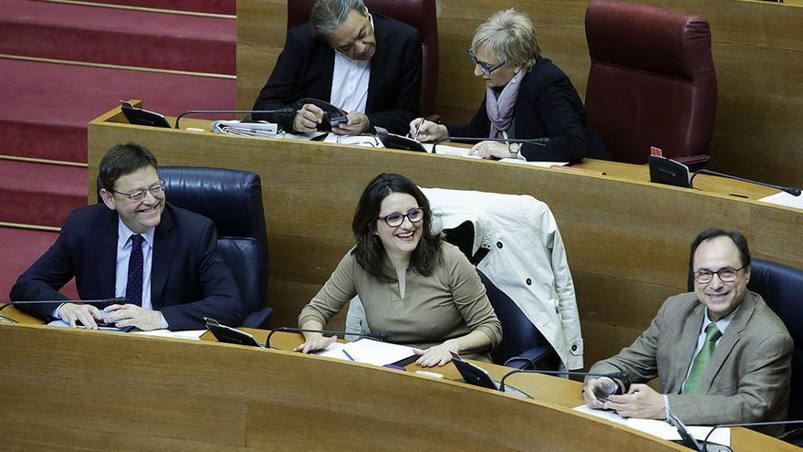 El president Ximo Puig junto a Mónica Oltra y Vicent Soler en las Corts durante la sesión de control