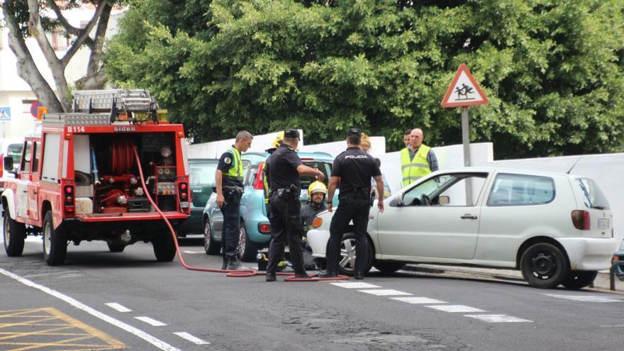 En la imagen, el coche que ha sufrido el incendio. Foto: SIXTO LÓPEZ.