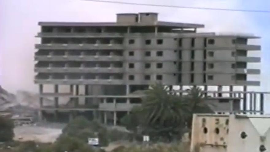 Momento de la demolición del hotel Dunas en 1989.