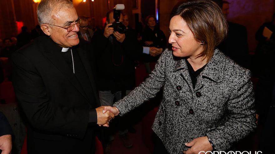 La alcaldesa de Córdoba saluda al obispo de la diócesis, en una imagen de archivo   MADERO CUBERO