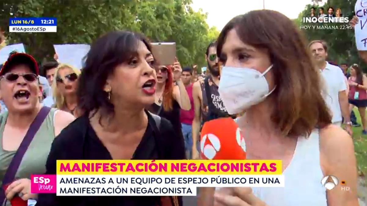 La reportera de 'Espejo Público', increpada por una negacionista
