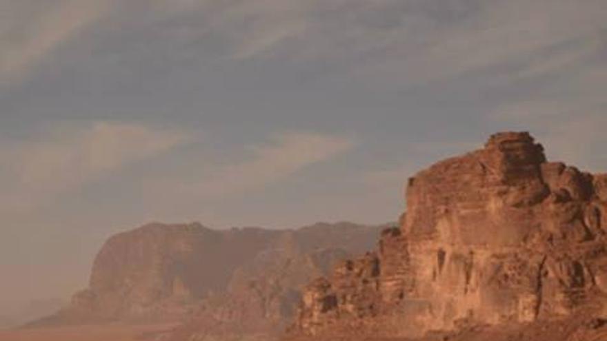 Mahmoud utilizando su iPhone en mitad del desierto (Foto: Mahmoud Zawaideh)