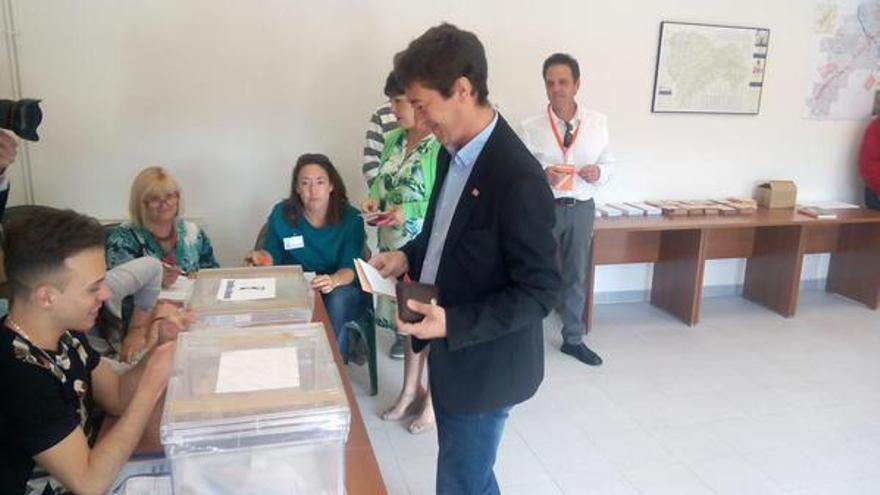 Ángel Ligero, candidato de C's a la presidencia de Castilla-La Mancha, votando / Foto: Cadena SER