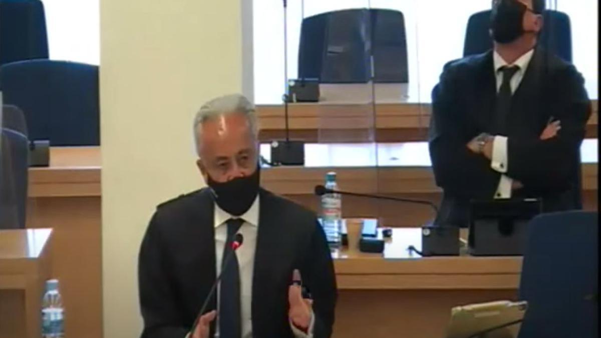 El abogado del PP, Jesús Santos, y en segundo plano, el letrado Gustavo Galán, defensor de Luis Bárcenas