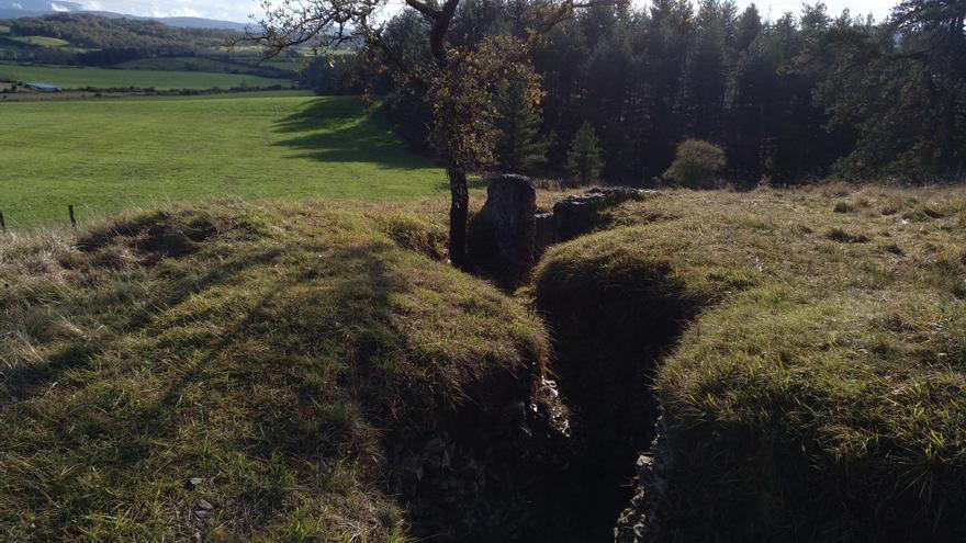 Un fortín a cuya entrada crece un roble