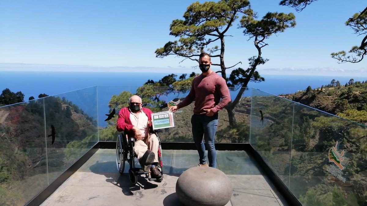 Miembros de la Asociación de Discapacitados Físicos de La Palma (Adfilpa) en el mirador de Izcagua (Puntagorda)