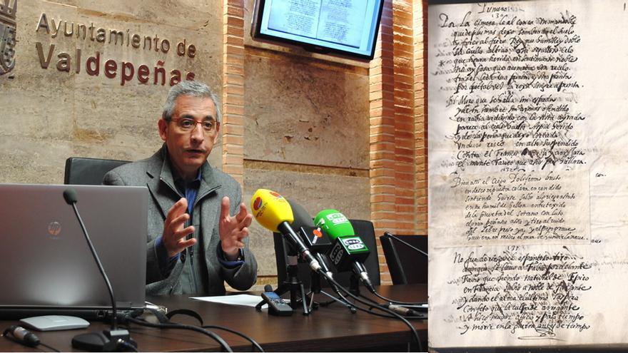 """Alcalde de Valdepeñas (Ciudad Real) con el original de """"El Bernardo o Victoria de Roncesvalles"""", de Bernardo de Balbuena"""