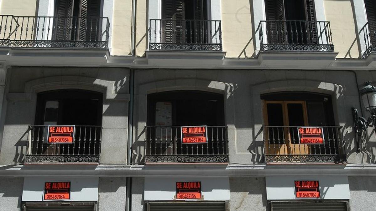 """Carteles de """"se alquila"""" en una calle de Madrid."""