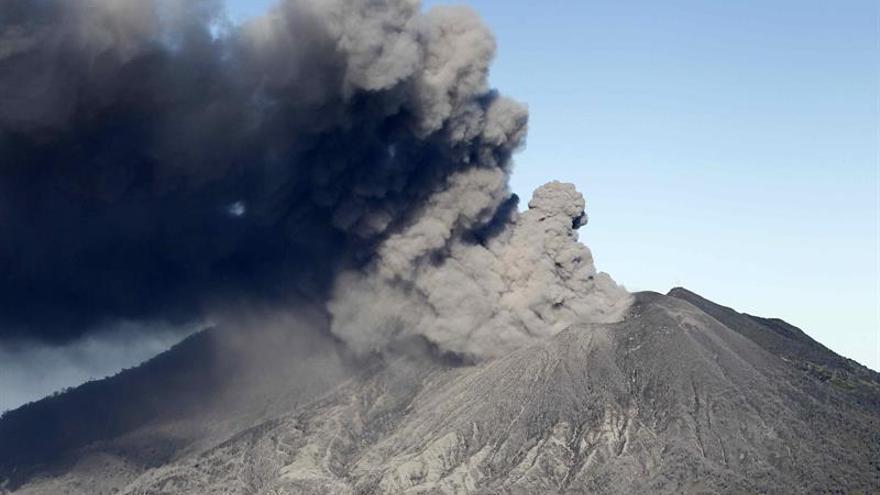 El volcán Turrialba de Costa Rica mantiene erupciones pasivas esporádicas