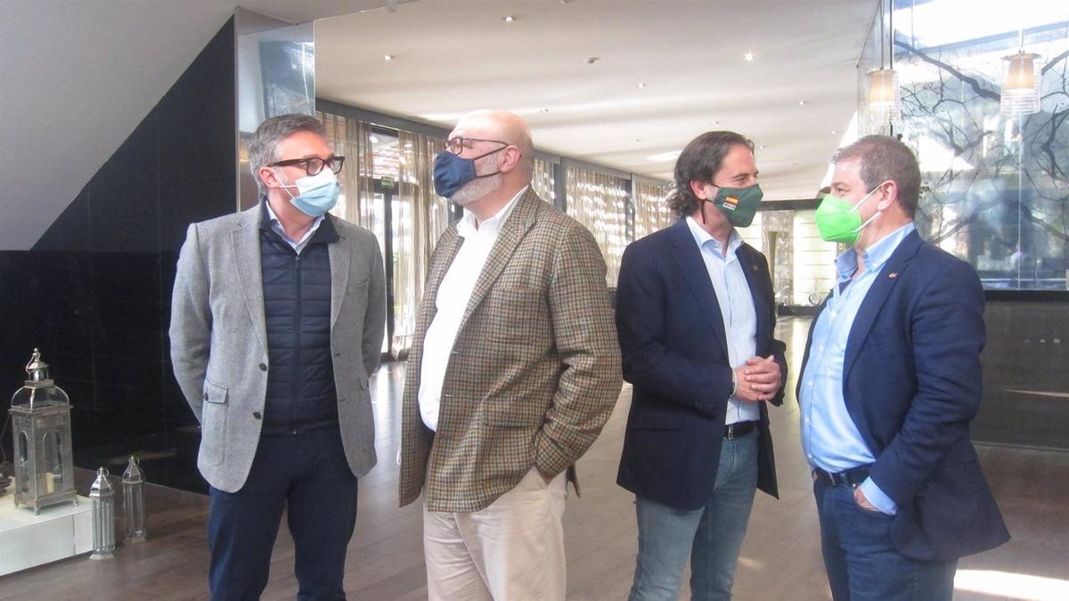Alejandro Hernández con representantes de Vox antes de la reunión con Asaja.