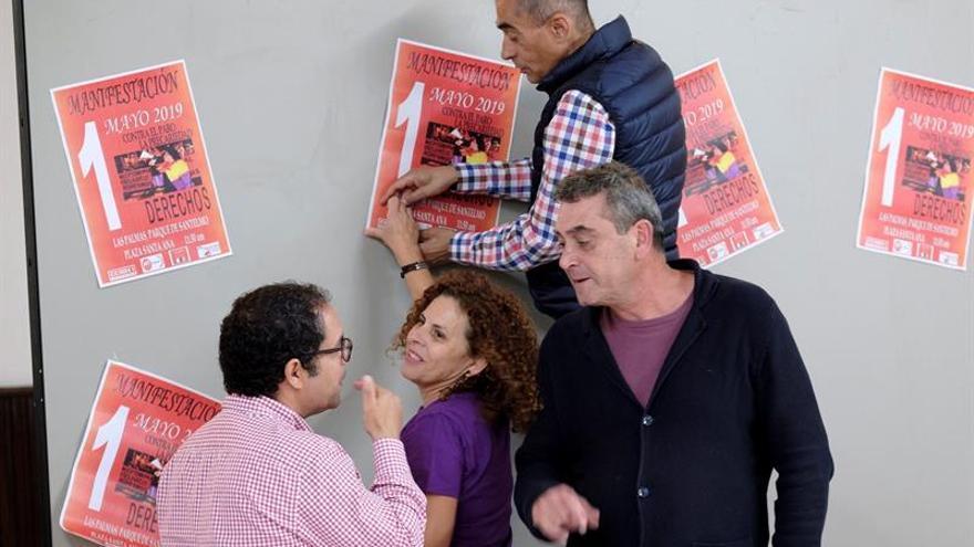 Los secretarios generales de CCOO y UGT en Canarias, Inocencio González (c) y Gustavo Santana (i), acompañados por la secretaria Insular de CCOO, Esther Ortega (c).