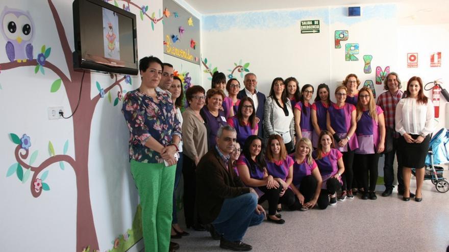 Personal y representantes municipales durante la inauguración de la nueva escuela infantil  / Ayuntamiento de Granadilla