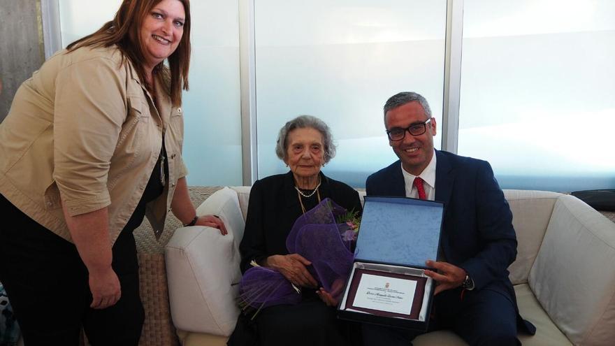 Doña Margarita Cáceres recibió una placa y un ramo de flores.