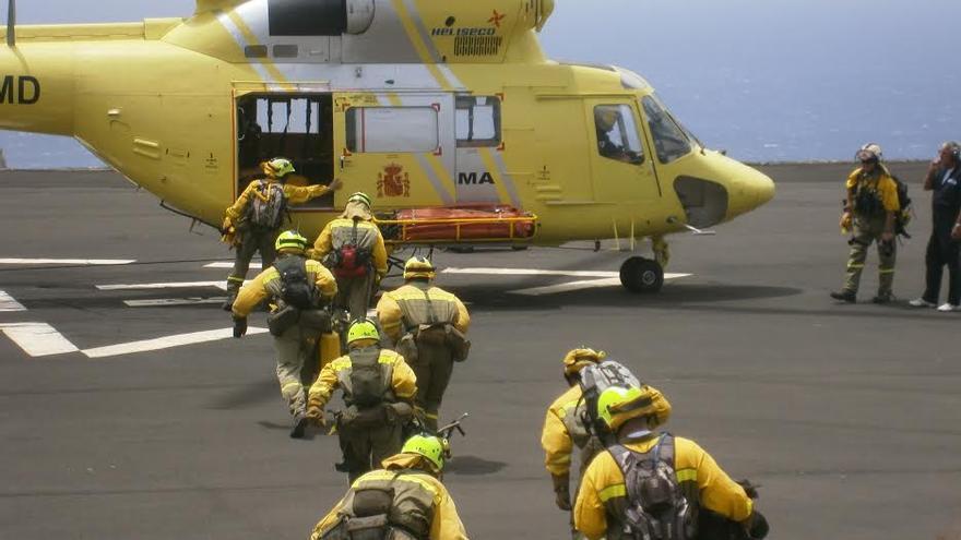 En la imagen, efectivos de la BRIF de Puntagorda en el momento de subir al helicóptero.