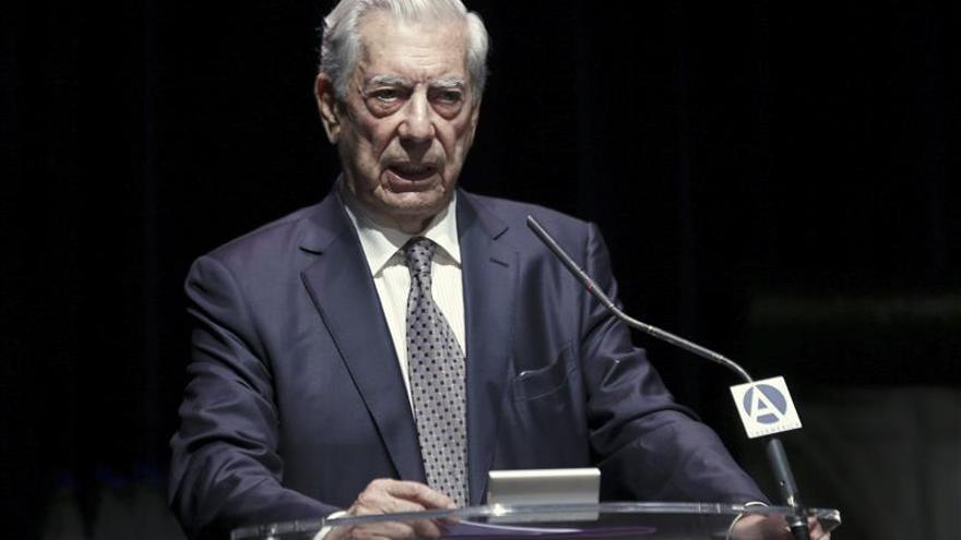 """Vargas Llosa es considerado el personaje más """"positivo"""" de Perú en 2015"""
