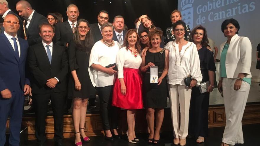 Autoridades palmeras en la entrega de la Medalla de Oro a los Niños Especiales de La Palma.