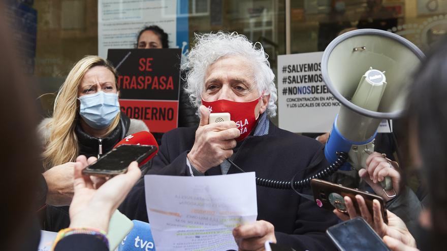 El presidente de la Asociación Empresarial de Hostelería de Cantabria (AEHC), Ángel Cuevas,  durante un acto de protesta.