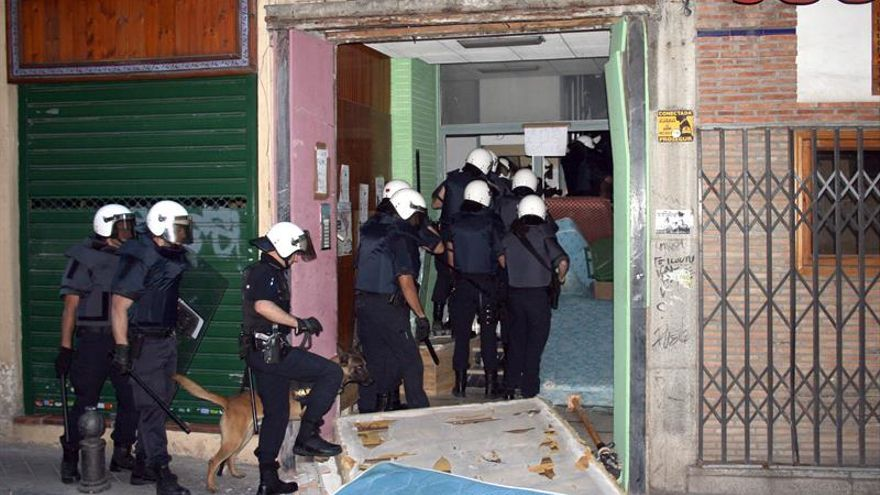 Más de 87.000 familias ocupan viviendas ilegalmente en España, según un informe